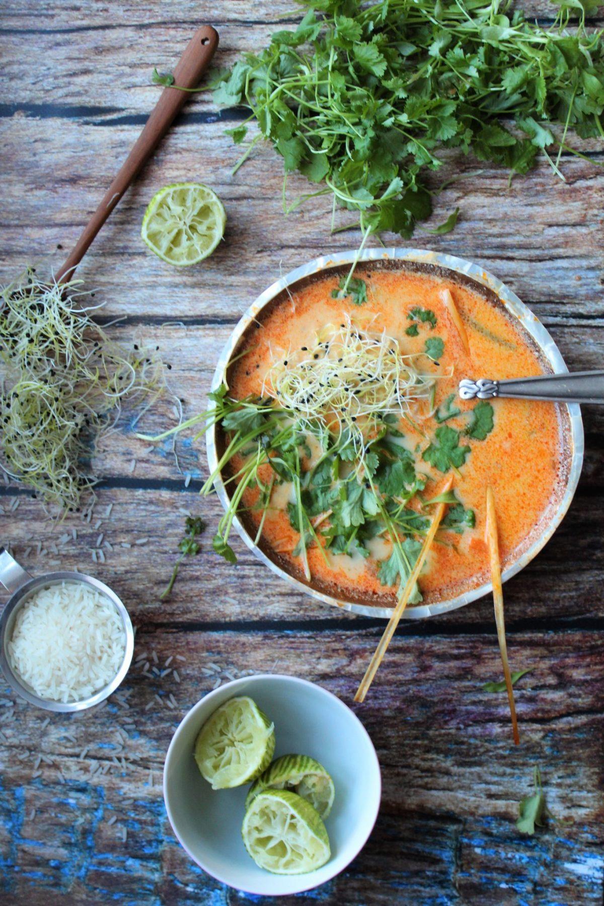 Vegansk thaisuppe med rød karrypasta