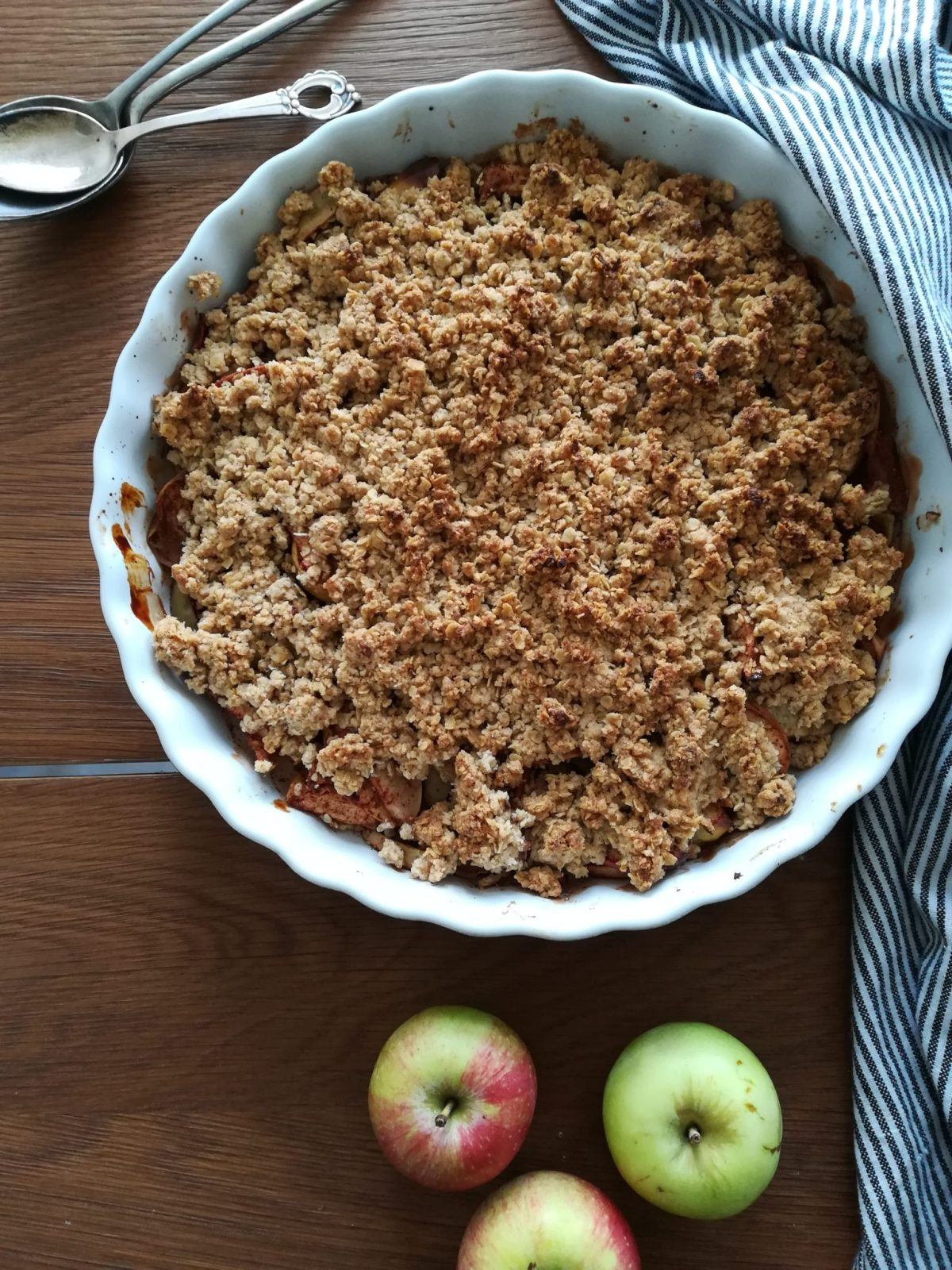 Vegansk æblecrumble med kanel og kardemomme