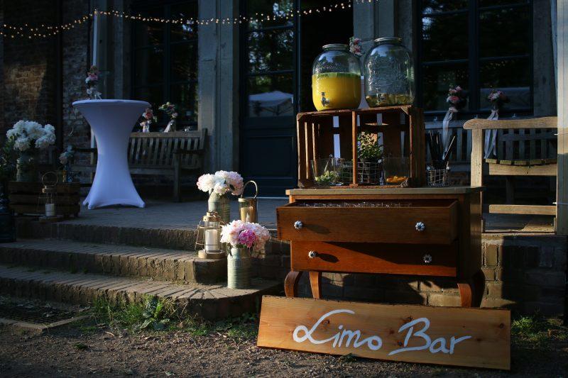 Die Terrasse des Rittergut Orr wurde mit einer Limo Bar und toller Blumendeko ausgestattet
