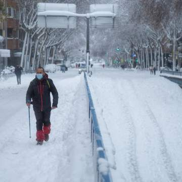 Madrid hospital staff walk for hours to relieve colleagues after snow storm