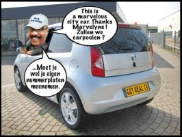 Robert Candelaria heeft mailing aan kleine auto + spy-gps, want echte CV. Cartoon: Pa Stechi