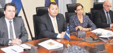 Deze week was er een bilateraal overleg tussen Sint Maarten en Curaçao waar ook over de vereffening is gesproken. Vlnr. José Jardim, Ivar Asjes, Sarah Wescot-Williams en Martin Hassink. FOTO JEU OLIMPIO