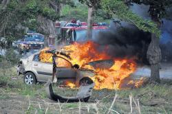Automobilist gered door omstanders. Foto |  Extra