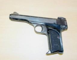 Ook een pistool werd in beslag genomen.