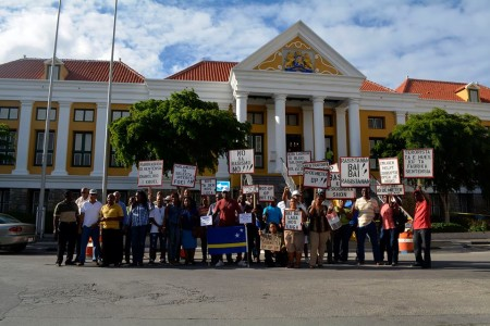 De demonstanten en KFO advocaten poseren voor de aanwezige pers