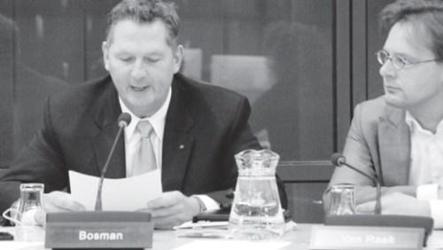 Tweede Kamerlid Bosman (VVD) tijdens het debat donderdag met minister Plasterk en SP'er Ronald van Raak als aandacht toehoorder. | FOTO RENÉ ZWART