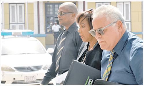 Ombudsman Alba Martijn van Curaçao op weg naar het gerecht in verband met de zaak die Gevolmachtigde minister Marvelyne Wiels had aangespannen. Morgen brengt ze haar eindrapport uit; vermoedelijk een van haar laatste handelingen als ombudsman, want per eind juni treedt Martijn terug | FOTO JEU OLIMPIO