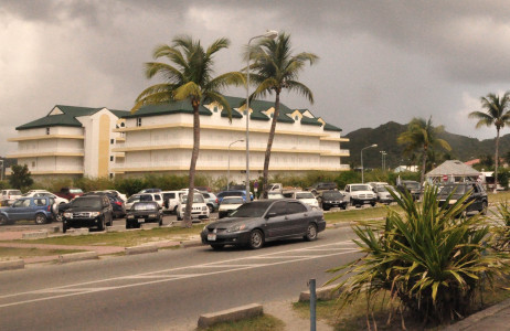 Sint Maarten ruimt autowrakken op