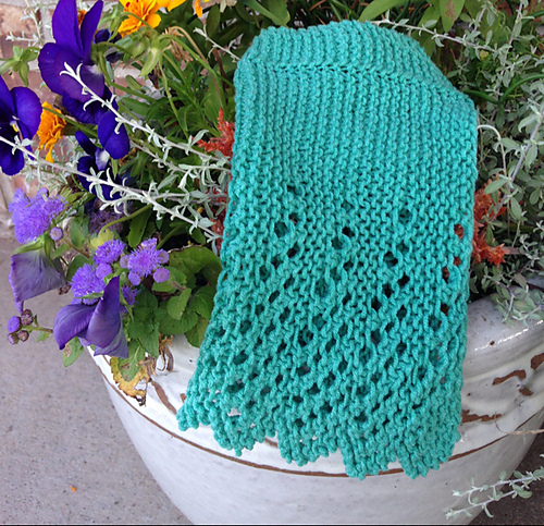 Mary, KnittinSisters on Ravelry, made this spa cloth. I love the color she chose, and she staged it beautifully!