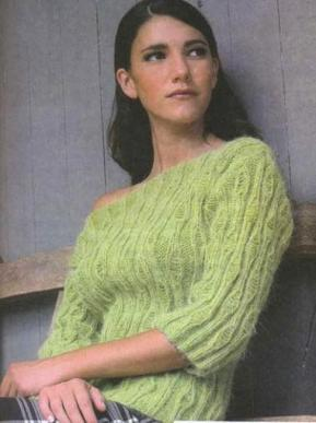 Женский вязаный свитер спицами.