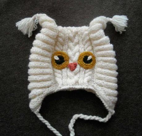 Cap - gato para a menina com agulhas de tricô