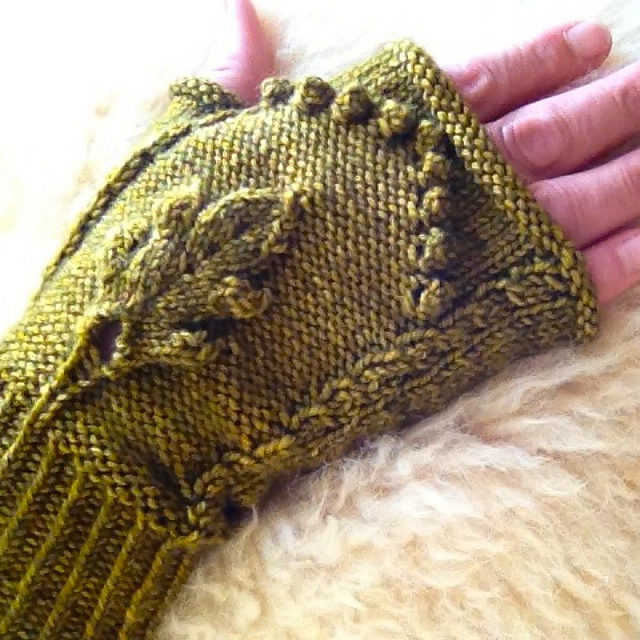 Modification Monday: Axis Mundi Mitts | knittedbliss.com