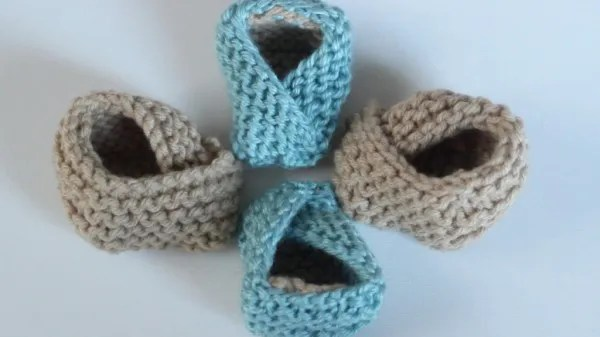 knit these super sweet and easy fortune cookie booties