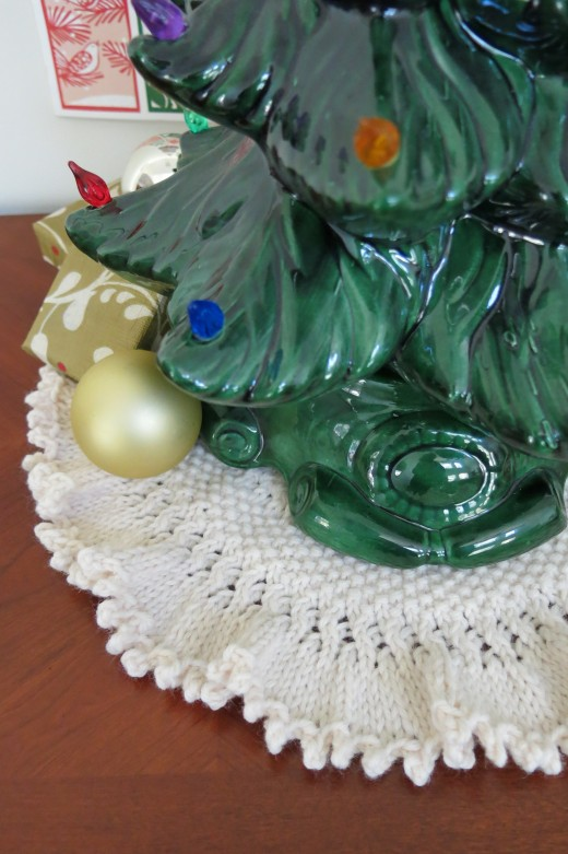knit a tree skirt for a tabletop tree