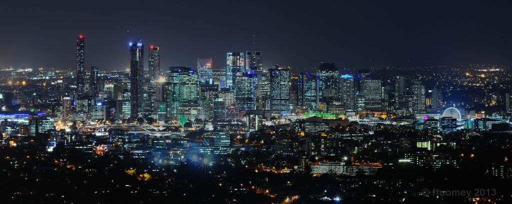 Night_skyline_of_Brisbane,_Queensland,_Australia