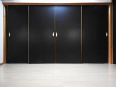 黒を使った部屋はお洒落!全部真っ黒よりもポイントを抑えて