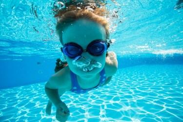 小学校の水泳授業でゴーグルが必要と考えられる理由について