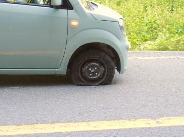 車のパンクに気づかない理由とパンクした場合の正しい対処法