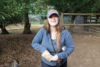 Sarah glücklich beim Füttern von den kleinen Ratten