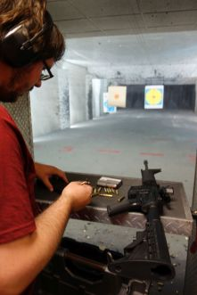 Tomus bereitet das Magazin für die M16 vor