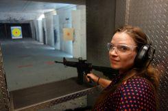 Sarah posiert illegal. Die M16 mit Reflexvisier gefällt aber auch ihr