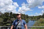 Tomus relaxed am Observationspunkt des Parks