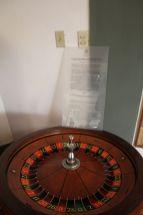 Eine originale Roulette Drehscheibe von den glorreichen Zeiten als das hier ein schönes Mafia Hotelcasino war.