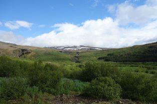 Hier der Blick auf den Berg mit dem Wasserfall (der ist übrigens links, keine Ahnung was hier in der Mitte des Bildes ist) bei schönem Wetter. Gleich viel einladender