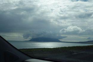 Im Horizont ist ein Berg von Wolken bedeckt