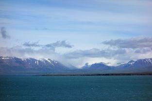 Im Horizont begrüßen uns Berge mit Schnee. Wir rätseln, ab wann ein Berg mit Schnee als Gletscher gilt. Gestern gab es keinerlei schöne Aussicht, aber heute werden wir mit schönen Bildern regelrecht bombardiert