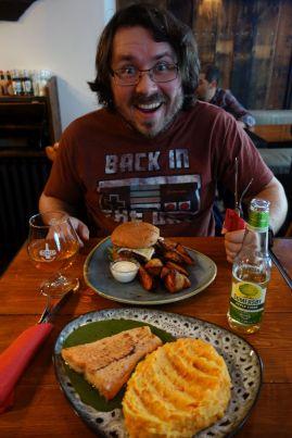 Wichtiger ist das Essen heute. Wir gönnen uns einen leckeren Burger und wunderbaren Lachs. Mit Bier und Cider geben wir heute insgesamt 46 EUR für das Essen aus (sehr billig für Island)