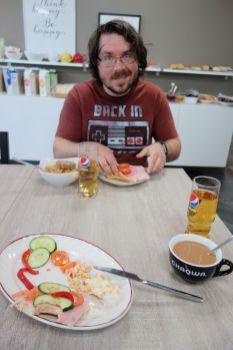 Tomus erfreut über sein Futter. In Island lohnt sich ein inkludiertes Frühstück richtig - bei den Preisen zahlt man locker 10-15 EUR pro Person für Frühstück irgendwo anders