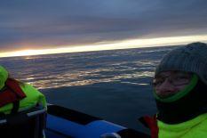 Wir treten nach gut 2 Stunden auf See die Fahrt zurück zum Hafen an. Es ist jetzt schon fast Mitternacht, unserem Guide ist auch schon das Gelaber entfallen um die Wartezeit totzuschlagen, aber wir sind im Moment erfreut darüber in der Mitternachtssonne rumtuckern zu dürfen