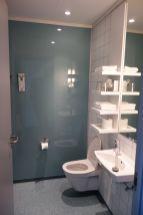 Hauptsache das Bad ist sauber. Das Hotelzimmer kostet uns für eine Nacht 190 EUR. Island ist zwar immer teuer, aber das hier ist schon ein richtig übler Preis. Wir haben da natürlich auch eine höhere Erwartungshaltung, als bei unseren Hostels (die mit rund 100-130 EUR aber auch nicht so viel billiger sind).