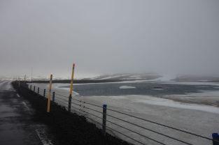 Der Weg zu unserer heutigen Unterkunft führt hinauf zu den Bergen. Hier befindet sich Island noch im Winter, also erfreuen wir uns über die Eisschollen im Juni.