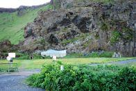 Den ganzen Urlaub schon möchte Sarah diese Torfhäuser fotografieren. Wir sehen die immer viel zu spät beim Vorbeifahren, aber hier hat sie endlich Erfolg gehabt. Diese Häuser sind immer mit Gras bewachsen und wirken, als ob sie in der Erde stecken würden. An diesem Ort hier ist das Haus sogar in den Berg eingebaut