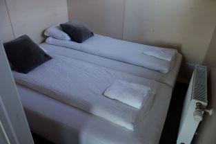 ... ein kleines Schlafzimmer (viel größer als Tomus darf man aber nicht sein)...