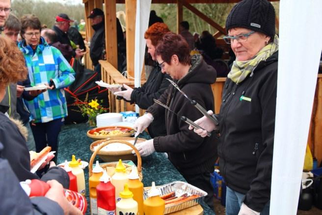 Efter den officielle indvielse var der kartoffelsalat, pastasalat, pøser og brød.