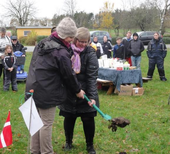 Sarah Burri Thomsen og Søs Lauritsen tager det første spadestik.