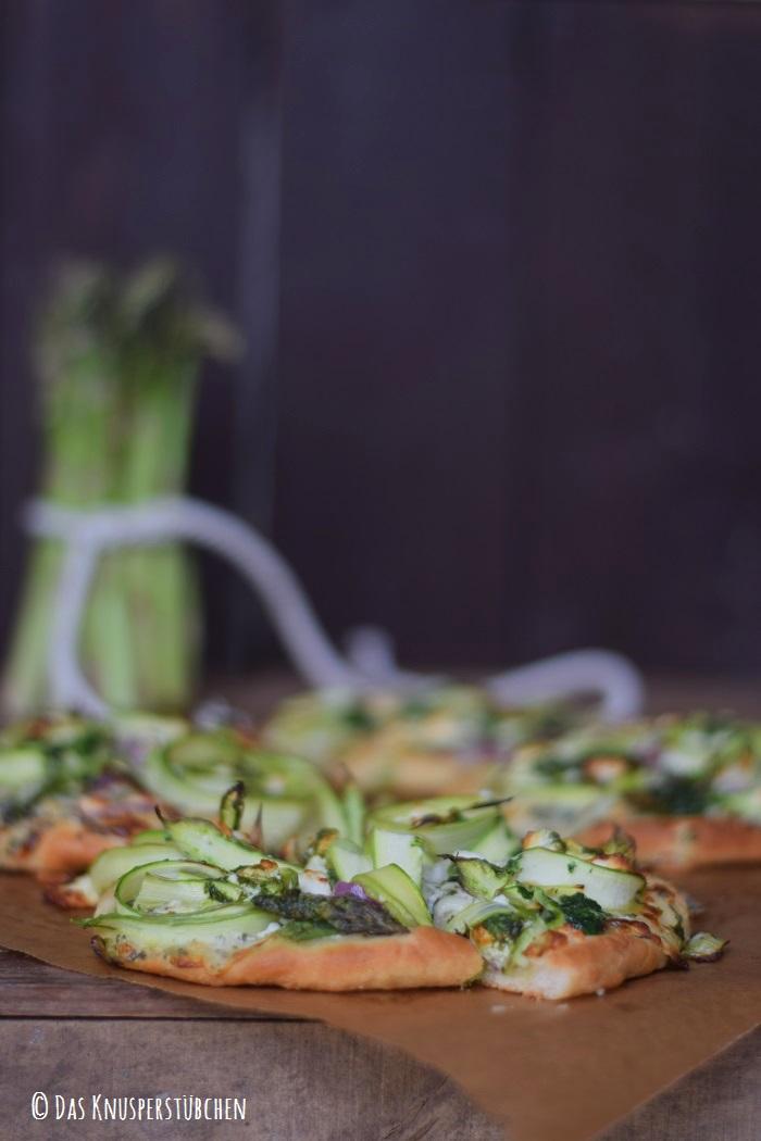 Mini Spargel Pizza mit Basilikum Tupfen 21