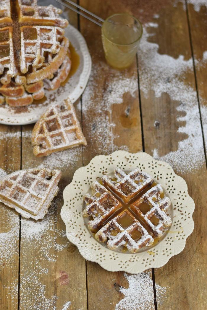 Erdnussbutter Joghurt Waffeln mit Karamellsauce und Schokolade - Peanut Butter Yogurt Waffles with caramel sauce and chocolate (25)