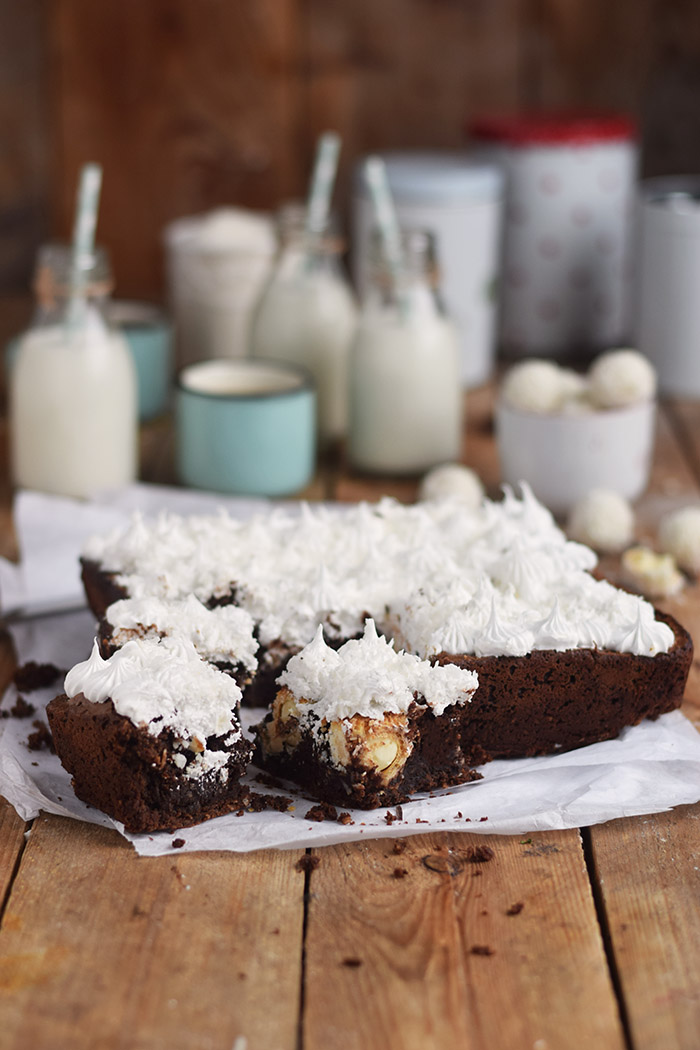 Raffello Brownies - Brownies with coconut truffles and coconut meringue (26)
