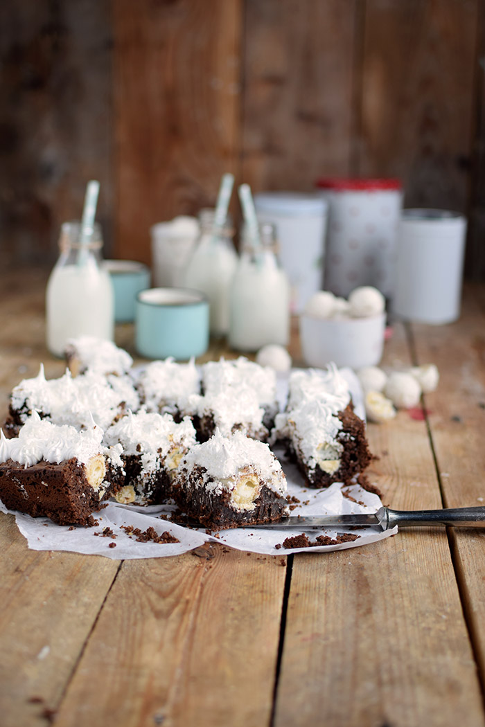 Raffello Brownies - Brownies with coconut truffles and coconut meringue (6)