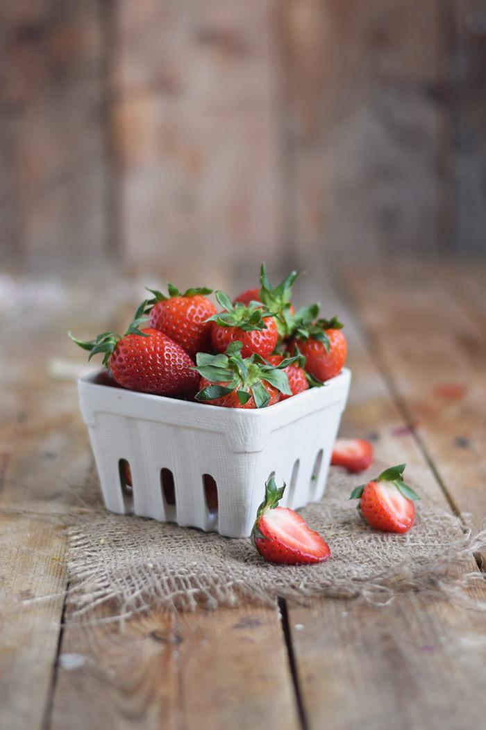 Erdbeertorte mit Cheesecake Swirl - Strawberry Cake with Cheesecake filling and strawberry Sauce (34)
