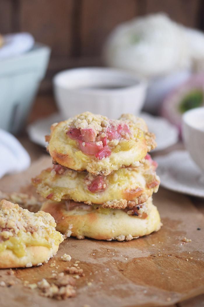 Rhabarber Streuselschnecken mit weisser Schokolade Creme - rhubarb crumble buns with white chocolate custard (14)