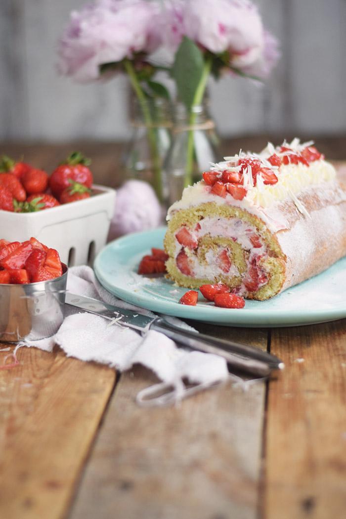 Erdbeer Quark Biskuitrolle - Straberry Cake Roll Rezept (19)