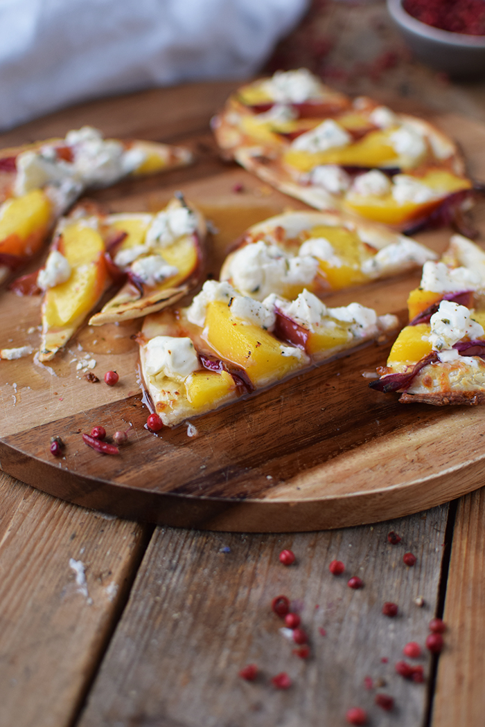 Flammkuchen mit Nektarinen Honig und Ziegenfrischkaese - Last Minute Tart Flambe with Nectarines Goats Cheese and honey (5)