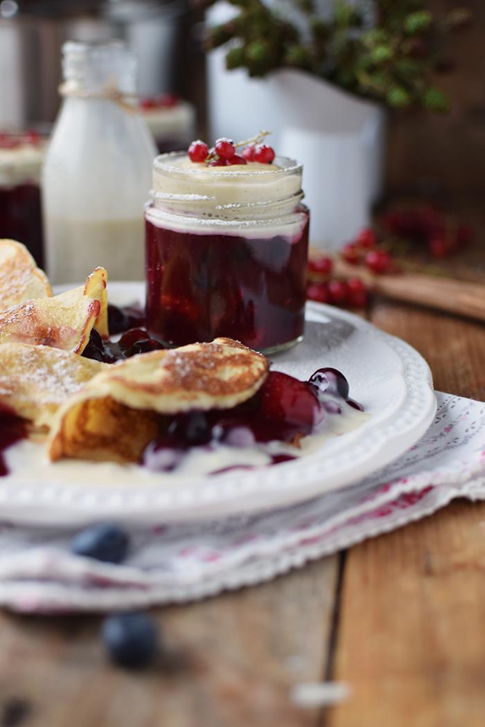 Rote Gruetze mit Beeren Hefeplinsen - Berry Compote with pancakes (17)