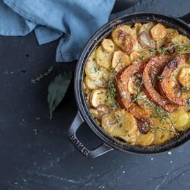 Kartoffel-Pastinaken-Gratin mit Kürbisspalten