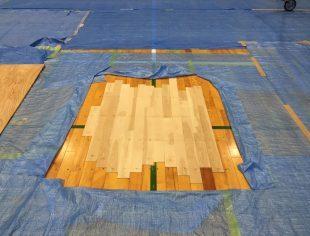 開口した床部分のフローリング復旧作業